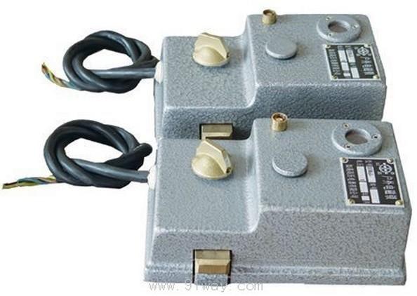 a,揿下按钮,电源接通,电磁铁线圈受电动动作,动铁芯脱离锁栓挡块,开